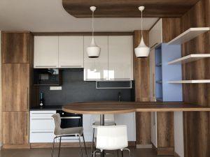 Modern konyhabútor magasfényű ajtófronttal.1