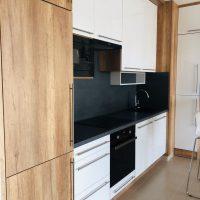 Modern konyhabútor magasfényű ajtófronttal.4