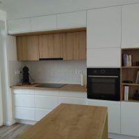 magasfényű-konyhabútor-fogantyúmart-ajtóval