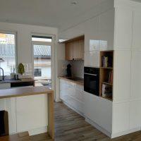 magasfényű-konyhabútor-fogantyúmart-ajtóval 1