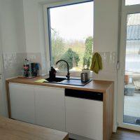 magasfényű-konyhabútor-fogantyúmart-ajtóval 2