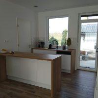 magasfényű-konyhabútor-fogantyúmart-ajtóval 3