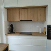 magasfényű-konyhabútor-fogantyúmart-ajtóval 5