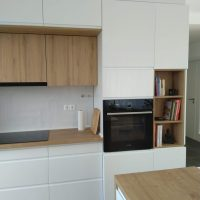 magasfényű-konyhabútor-fogantyúmart-ajtóval 6