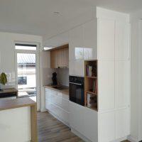 magasfényű-konyhabútor-fogantyúmart-ajtóval 7